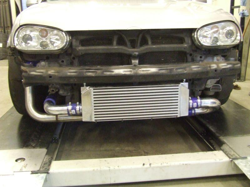 Intercooler voor auto gemonteerd